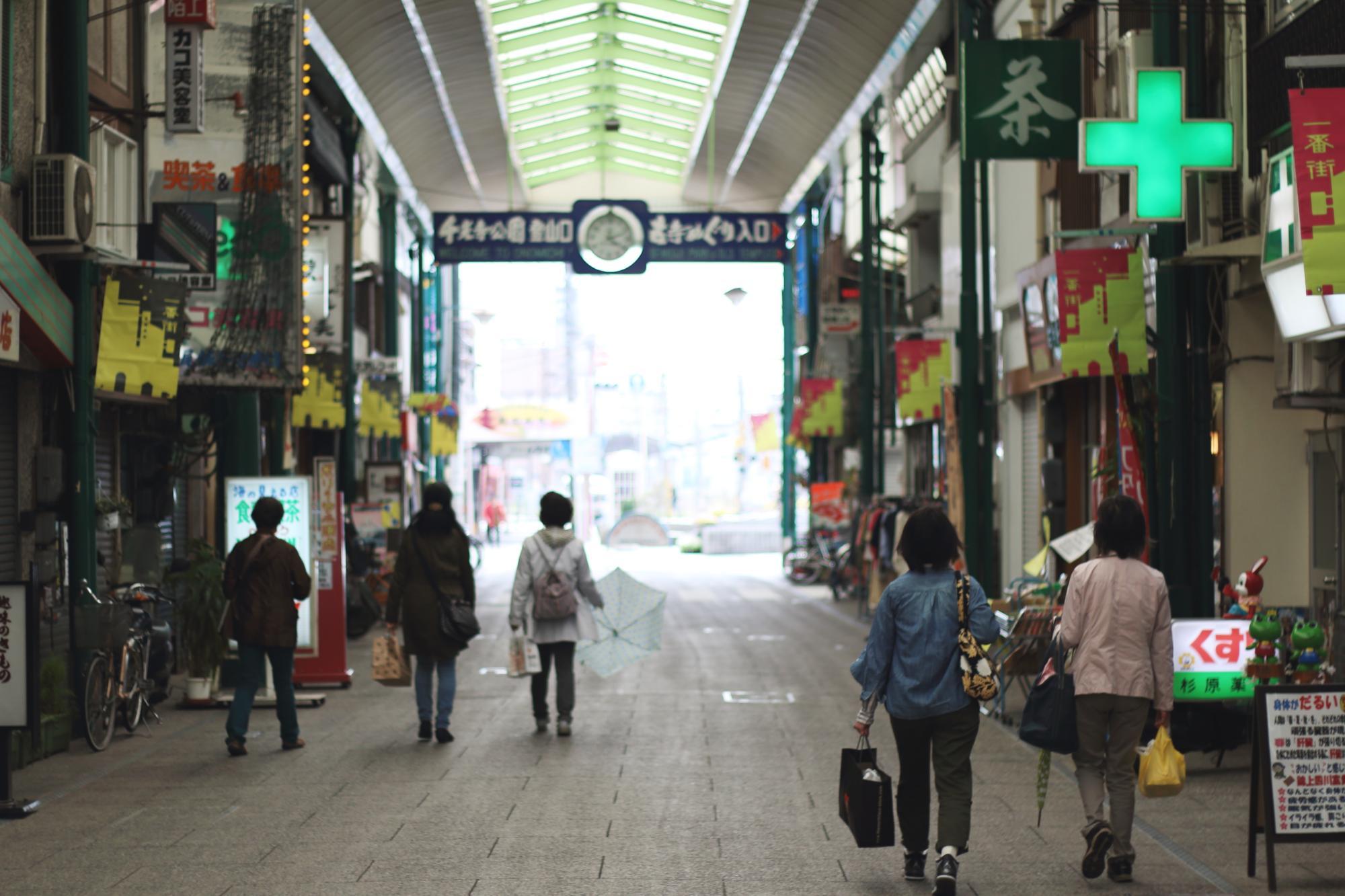 駅近くの商店街の様子。アーケードが続きます。