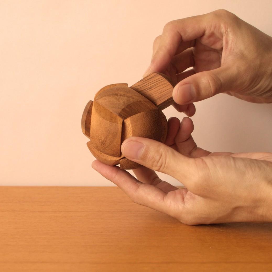 3種類、全7ピースを組み合わせた木製立体パズル、セザンヌ。手のひらサイズのセザンヌは子供たちに最適な大きさと難しさ、そしてかわいらしさを持つパズル。子どもが一番夢中になるのがこれです。大きさの割に重みがずしりと手に伝わり、木の息吹が感じられます。組み立ての難易度はそれほど高くありません。子供たちに全てを任せれば、良い成功体験を積ませてあげられます。