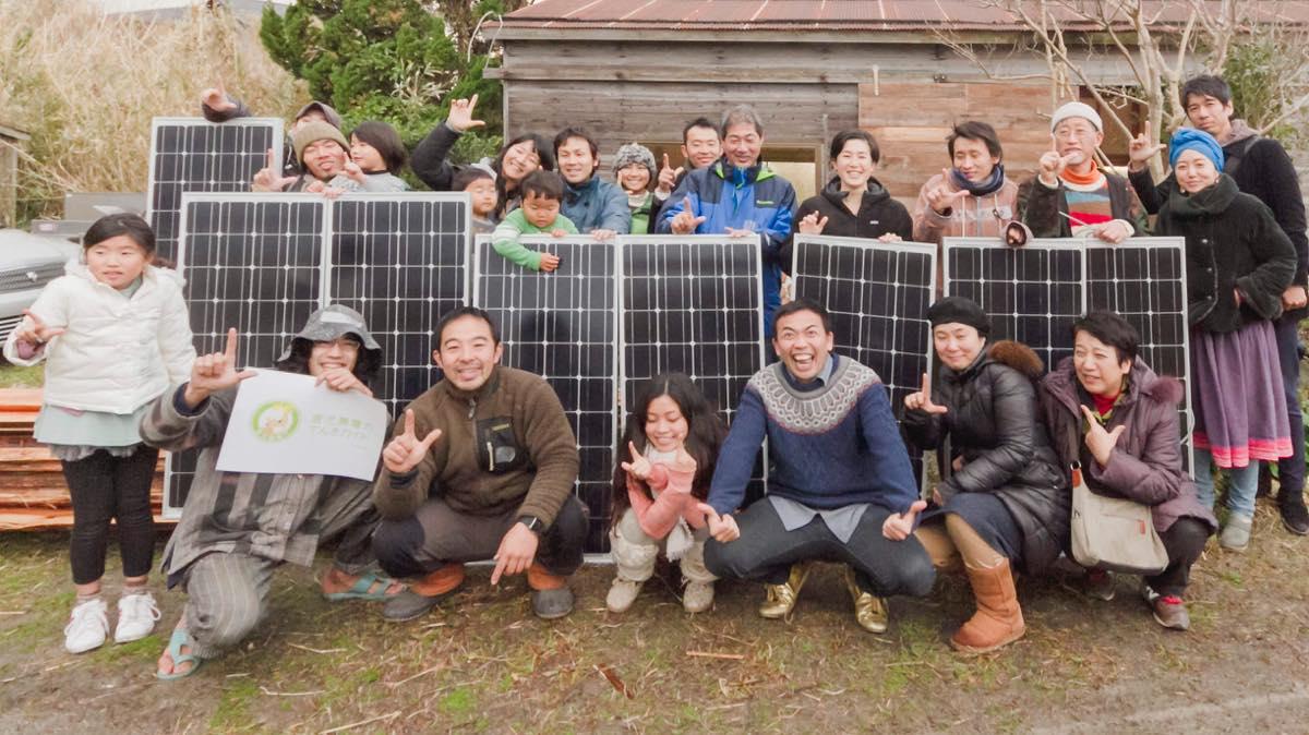 テンダーさんが推奨する太陽光発電システム「わがや電力」は、自宅の屋根で発電した電気を売電せずに蓄電池に貯め自分で使うという方式。必要な部材が少なく構築も簡単なので自分で組み上げることができる。培ったノウハウを共有するために1年に数回、太陽光発電のワークショップも展開している。
