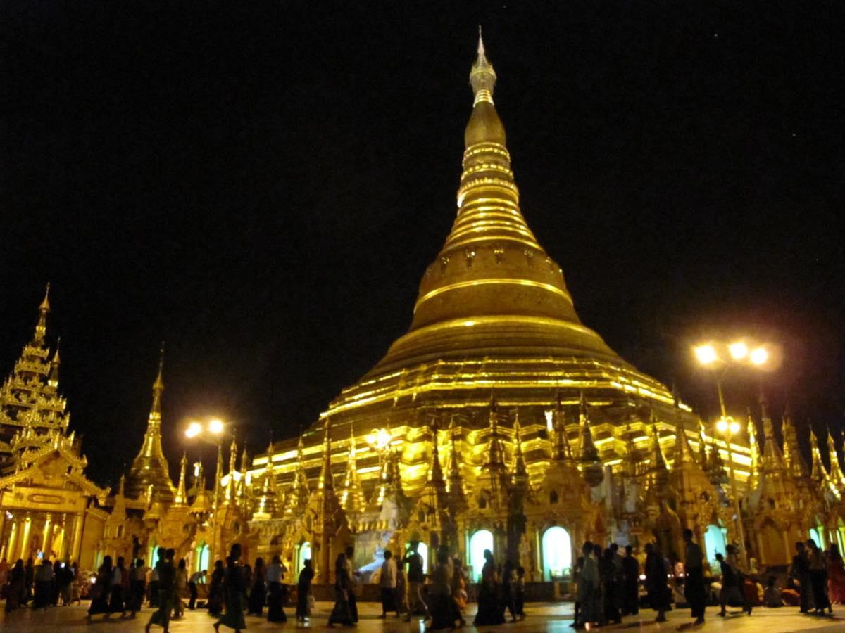夜、黄金に輝くシュエダゴン・パヤー。みな裸足での参拝が義務付けられている。ここにも白象のモチーフがあった。