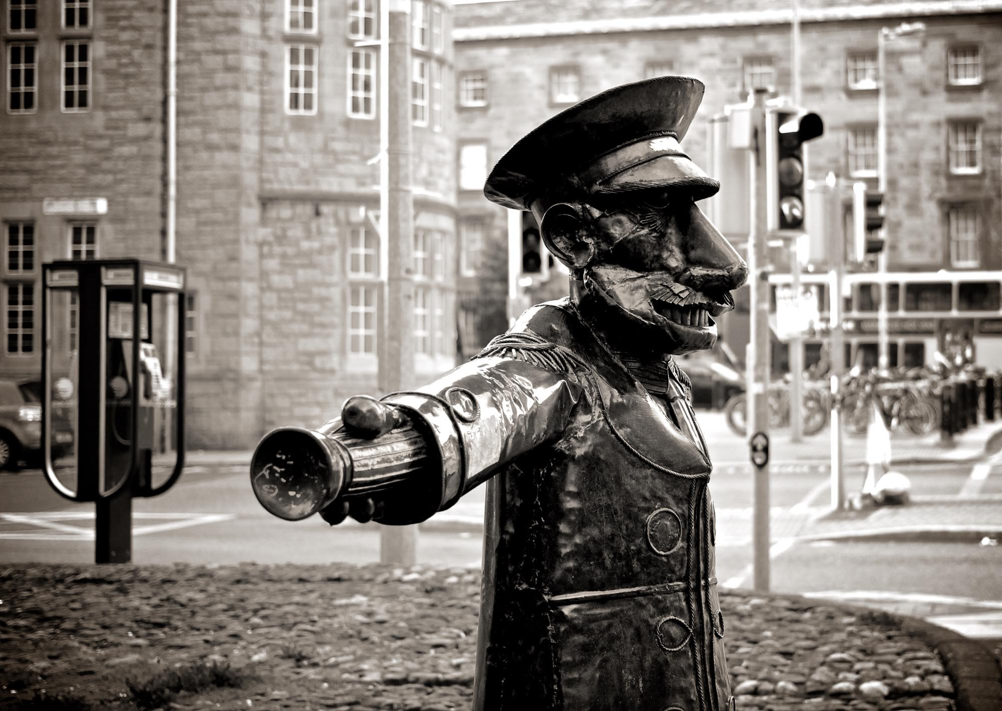 s2000_black-and-white-street-police-statue