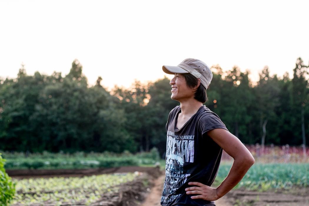 健司さんと一緒に畑で作業をする智生さん