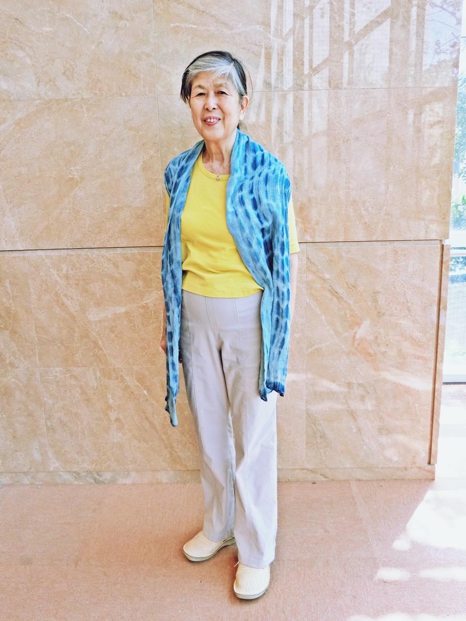 藍染のストールは熊本YWCAのバザーで購入。どんなところにも気軽に羽織れる便利な1枚。