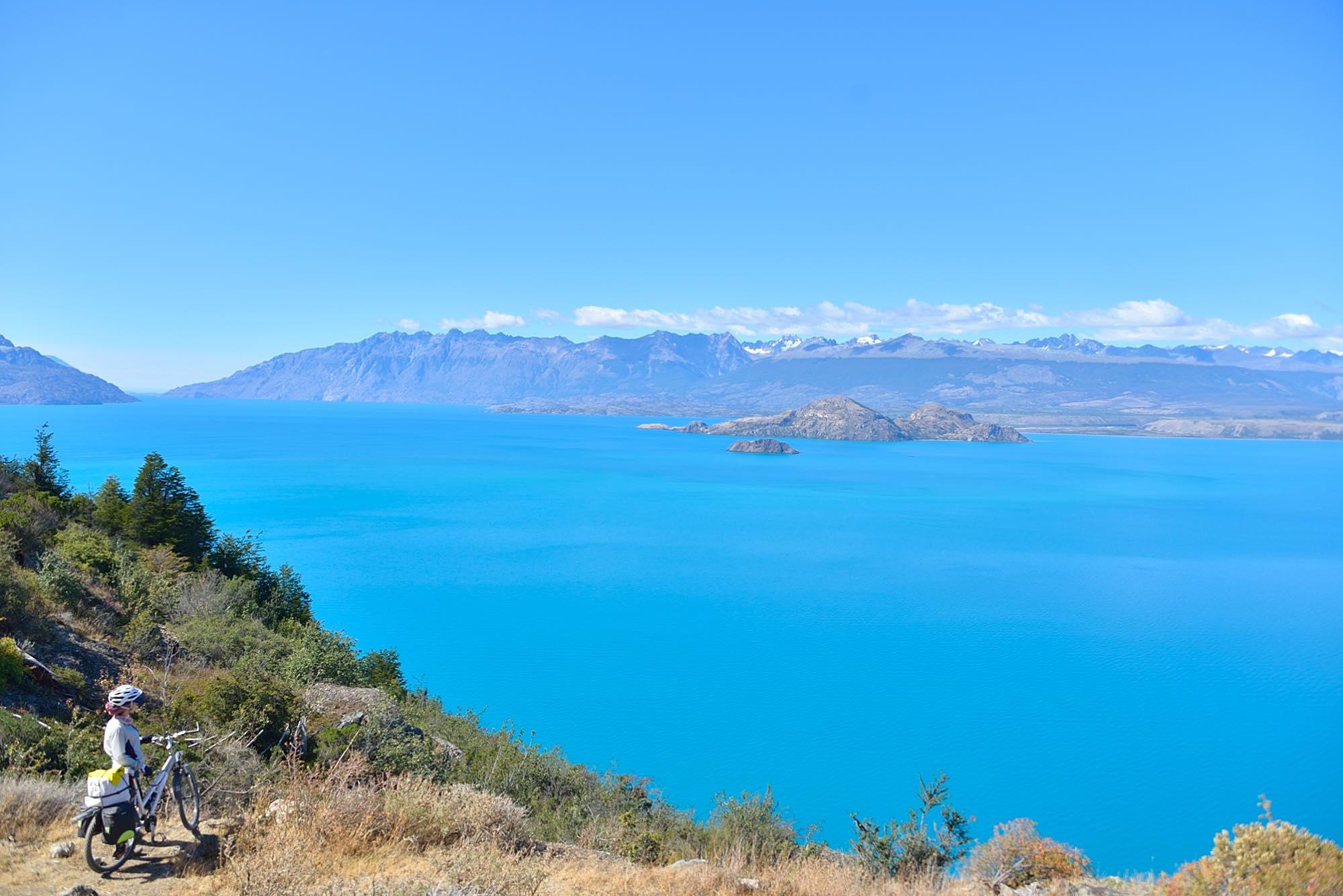 晴れ渡った空と青い湖。境界線がわからなくなるほどです。