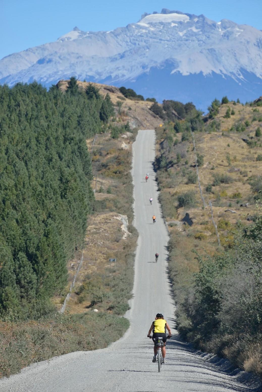 未舗装の道が大半を占めるアウストラル街道。高低差は1000m以上と勾配がきつい。ツアーで荷物なしで周るサイクリストたちもたくさん。実は先頭を走っているのがわたしです。