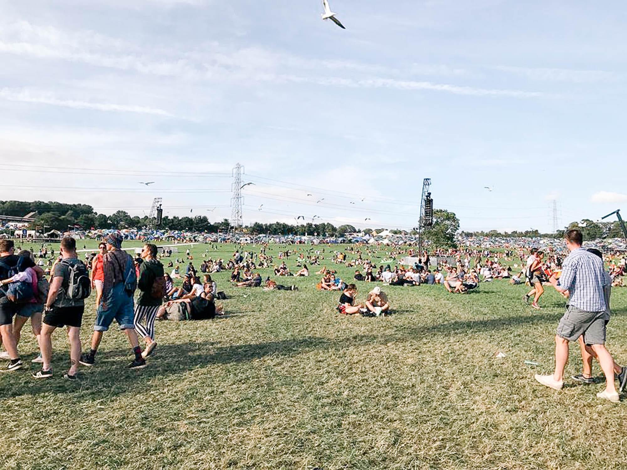 ピラミッドステージは広く、芝生が気持ちよい
