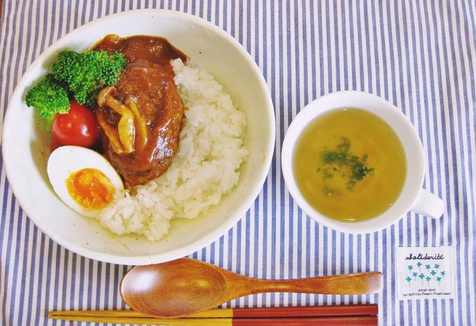 この日の日替わりランチは「煮込みハンバーグ丼」。スープが付いて、550円。